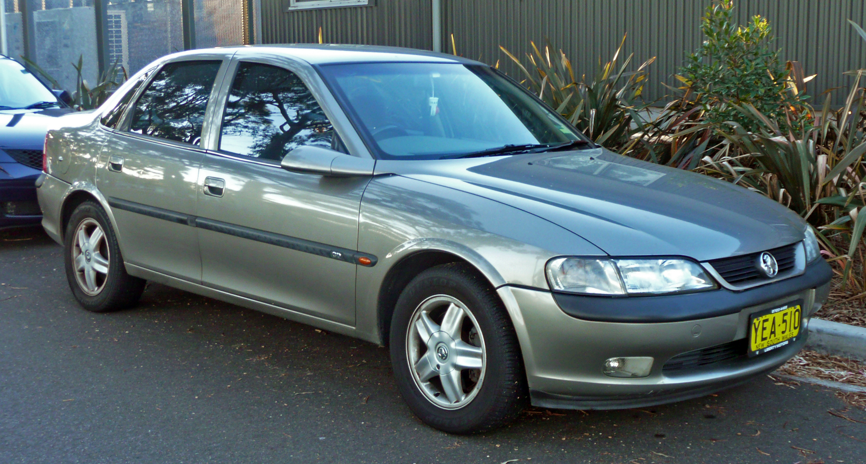 Cars holden vectra hatcback (b) 2011
