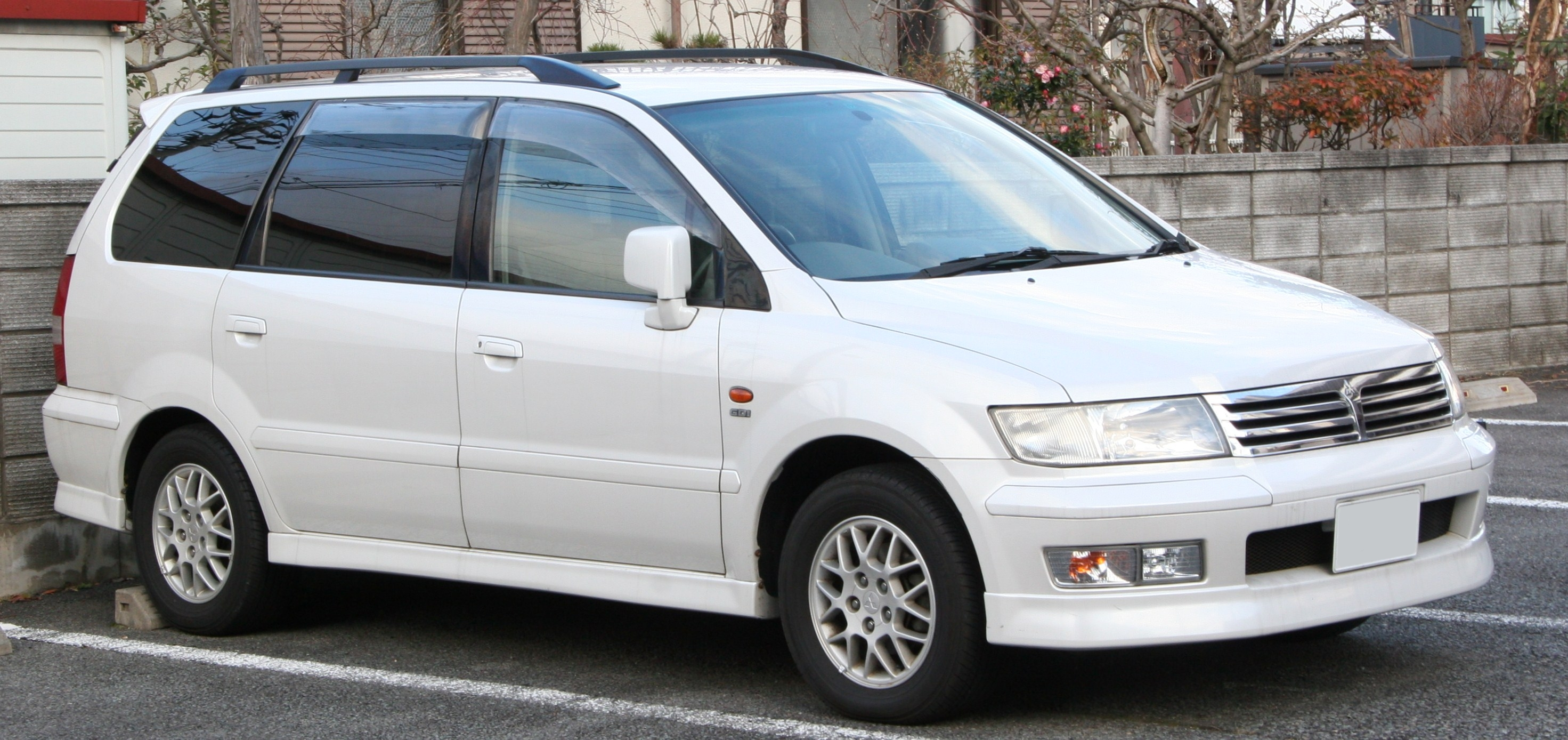 mitsubishi chariot pictures