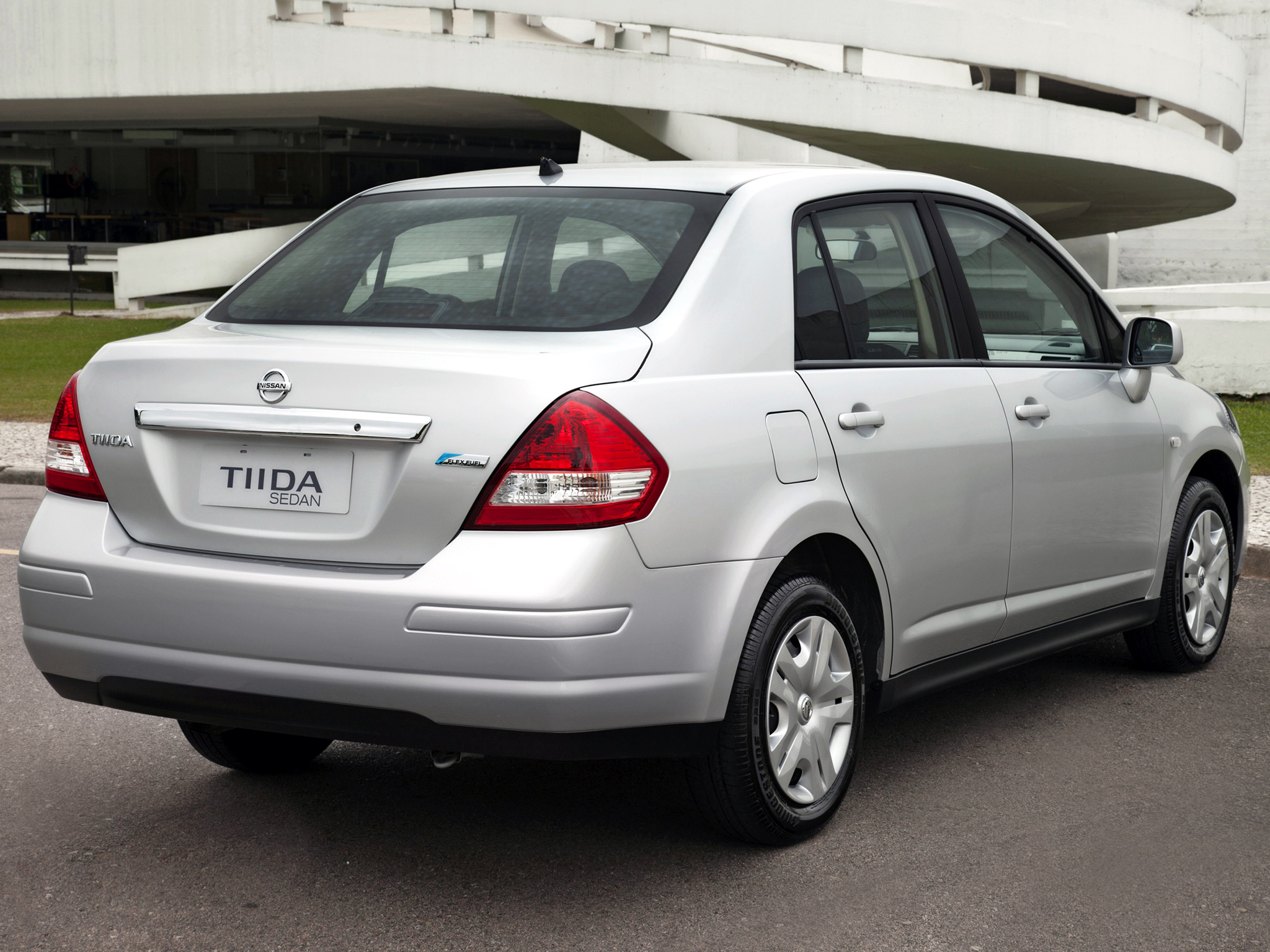 nissan tiida sedan 2010 pictures