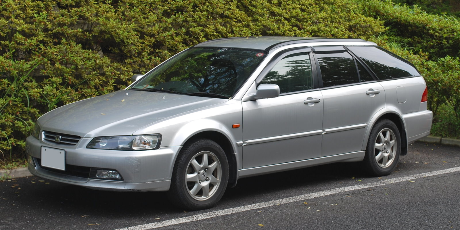 Pictures of honda accord vi hatchback 2001