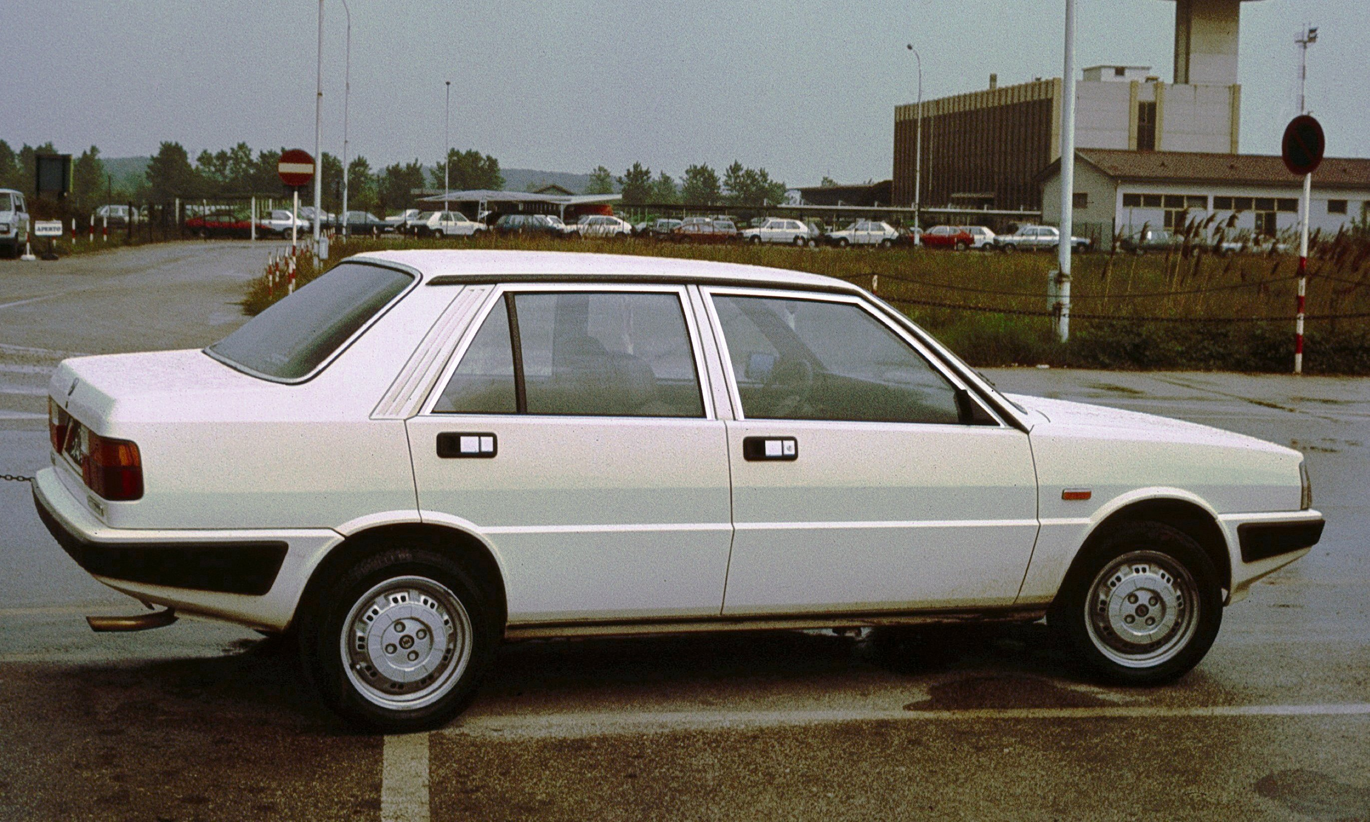 http://auto-database.com/image/pictures-of-lancia-prisma-13827.jpg