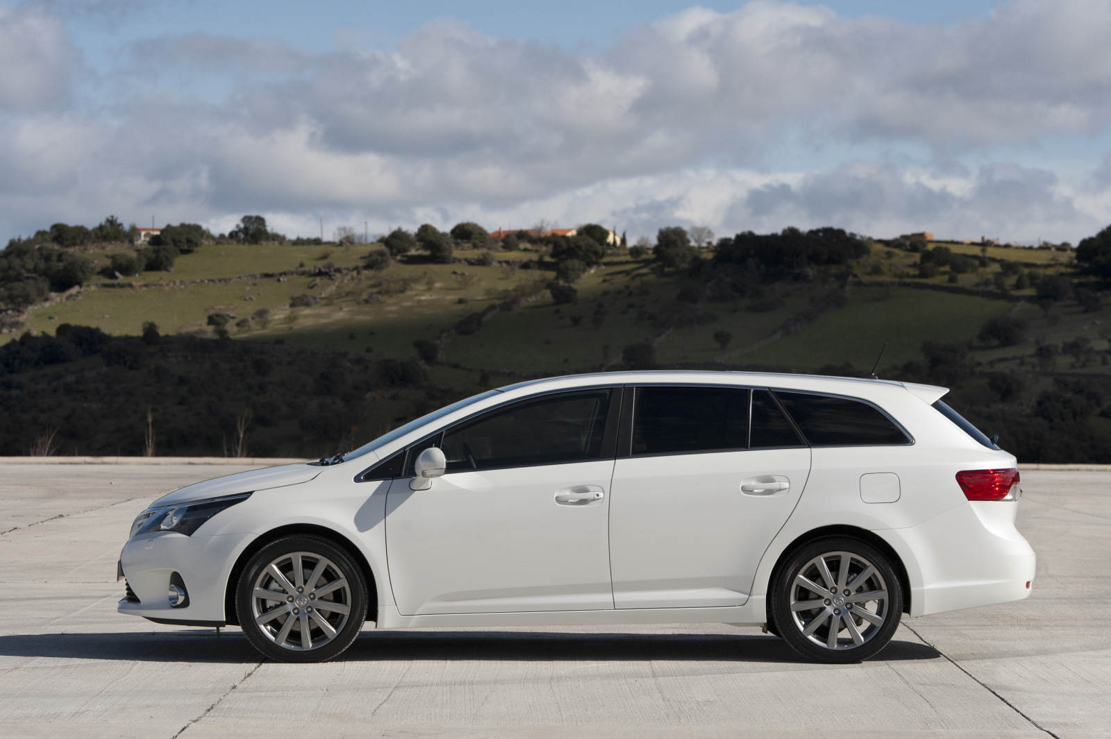 toyota avensis iii 2013 images